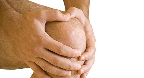L'ostéopathe traite les douleurs du genou
